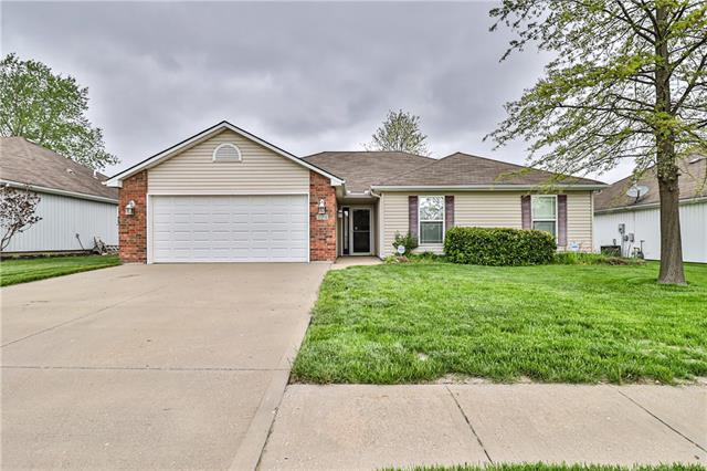 424 SW Graystone Drive Property Photo - Grain Valley, MO real estate listing