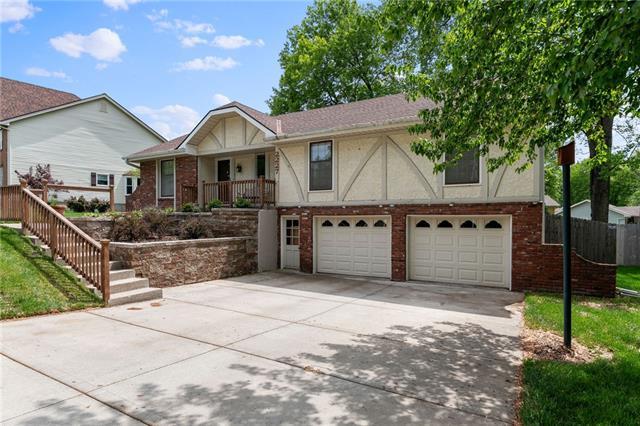 2227 NE 73rd Street Property Photo - Gladstone, MO real estate listing