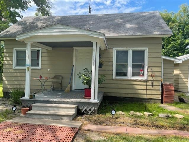 E 104 Center Street Property Photo