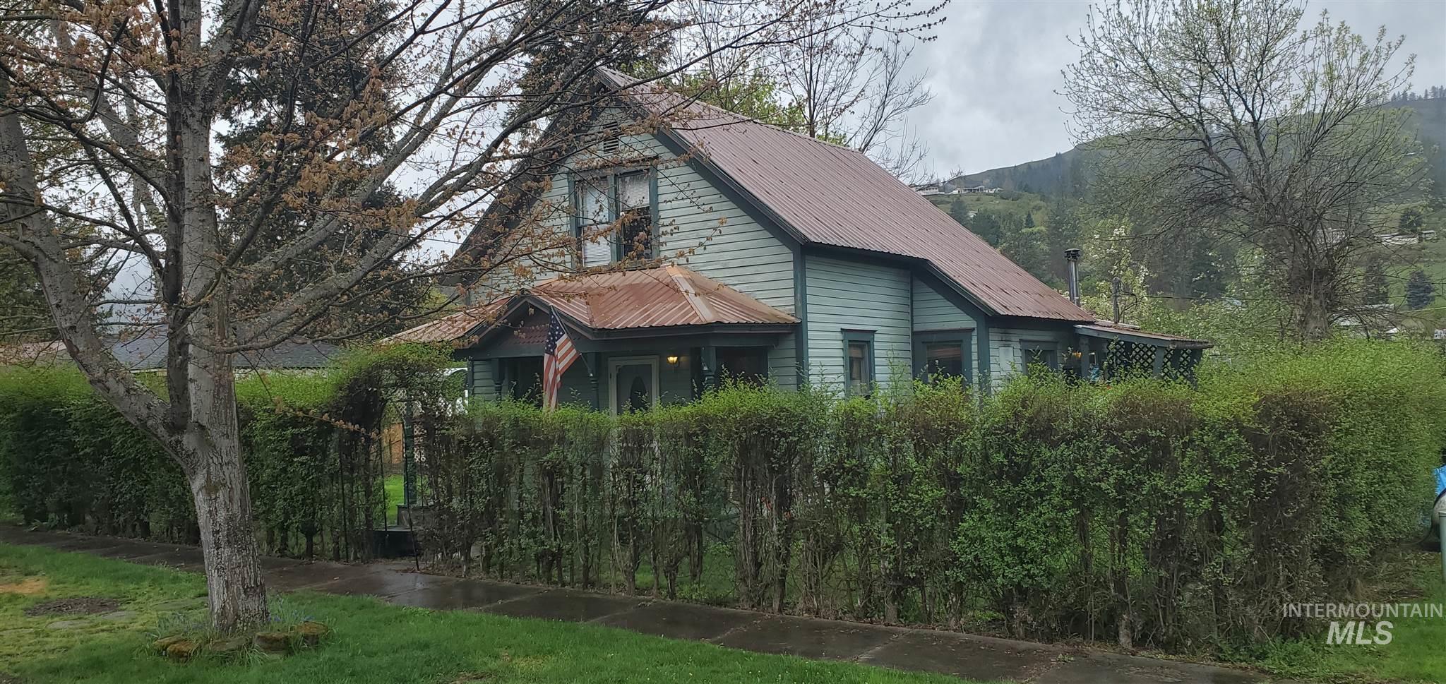602 Maple St Property Photo