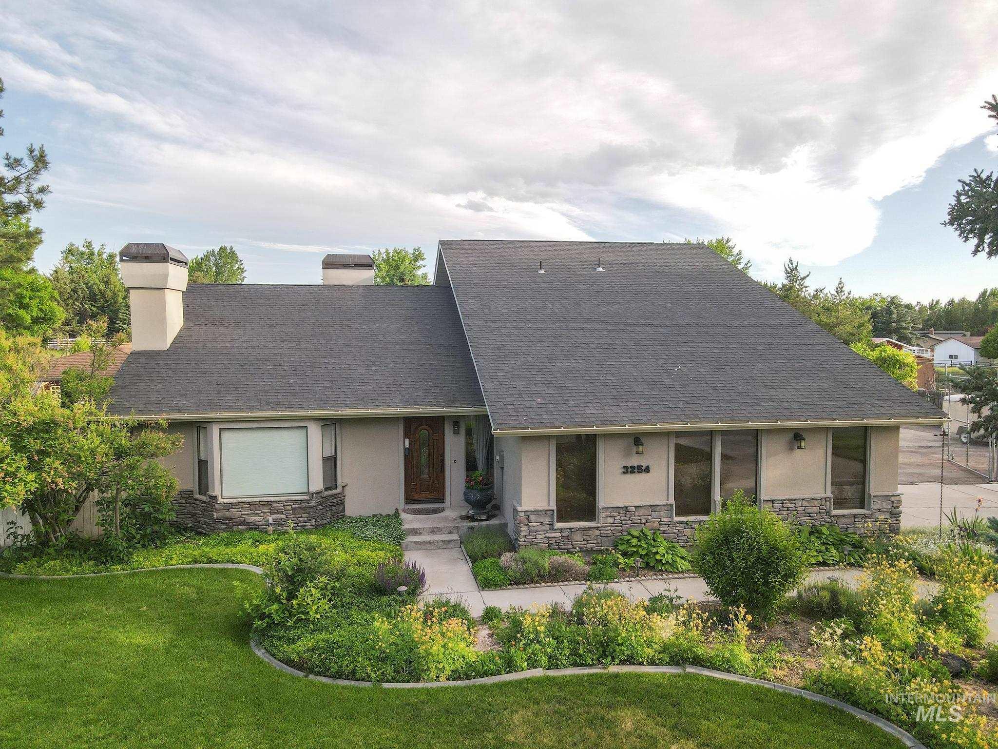 3254 Woodridge Dr Property Photo 1
