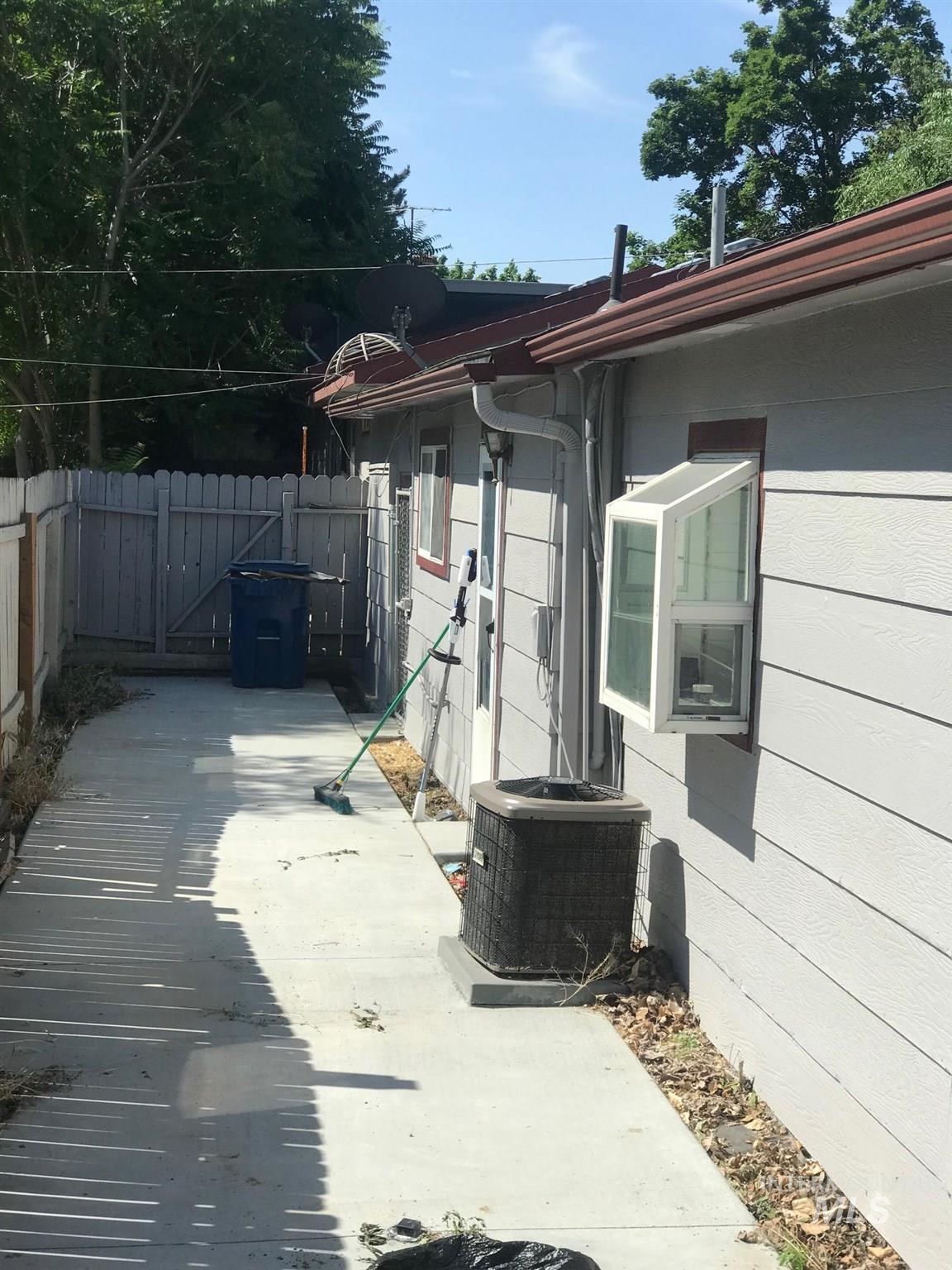 2603 / 2605 Iowa Ave. Property Photo 9