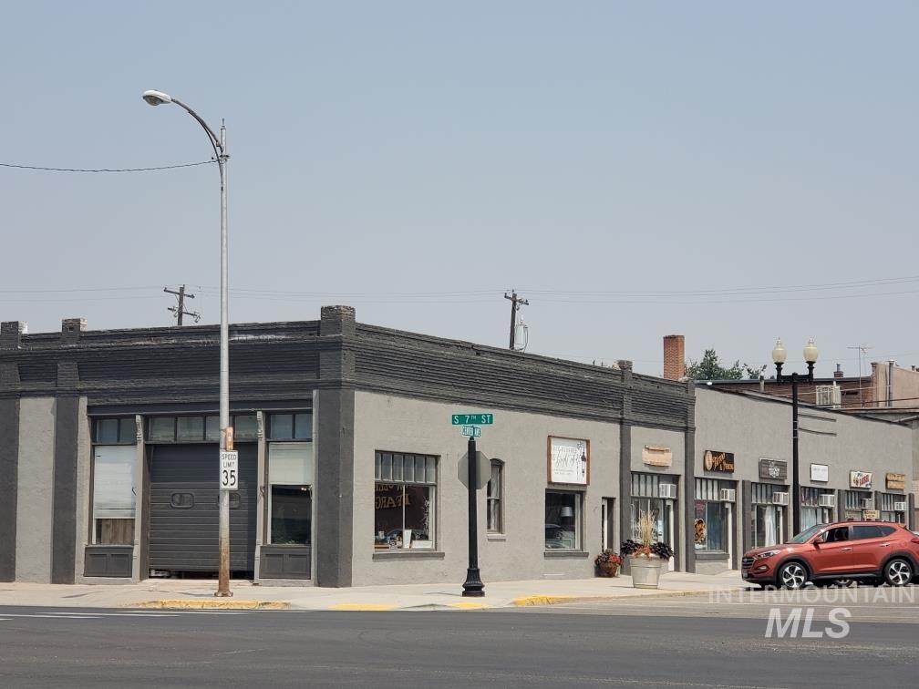 711 Center Ave Property Photo