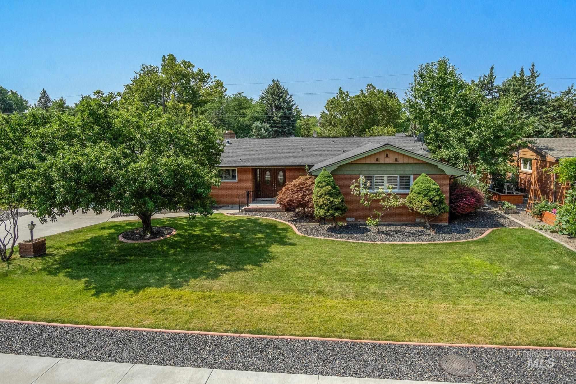4011 N Mountain View Property Photo