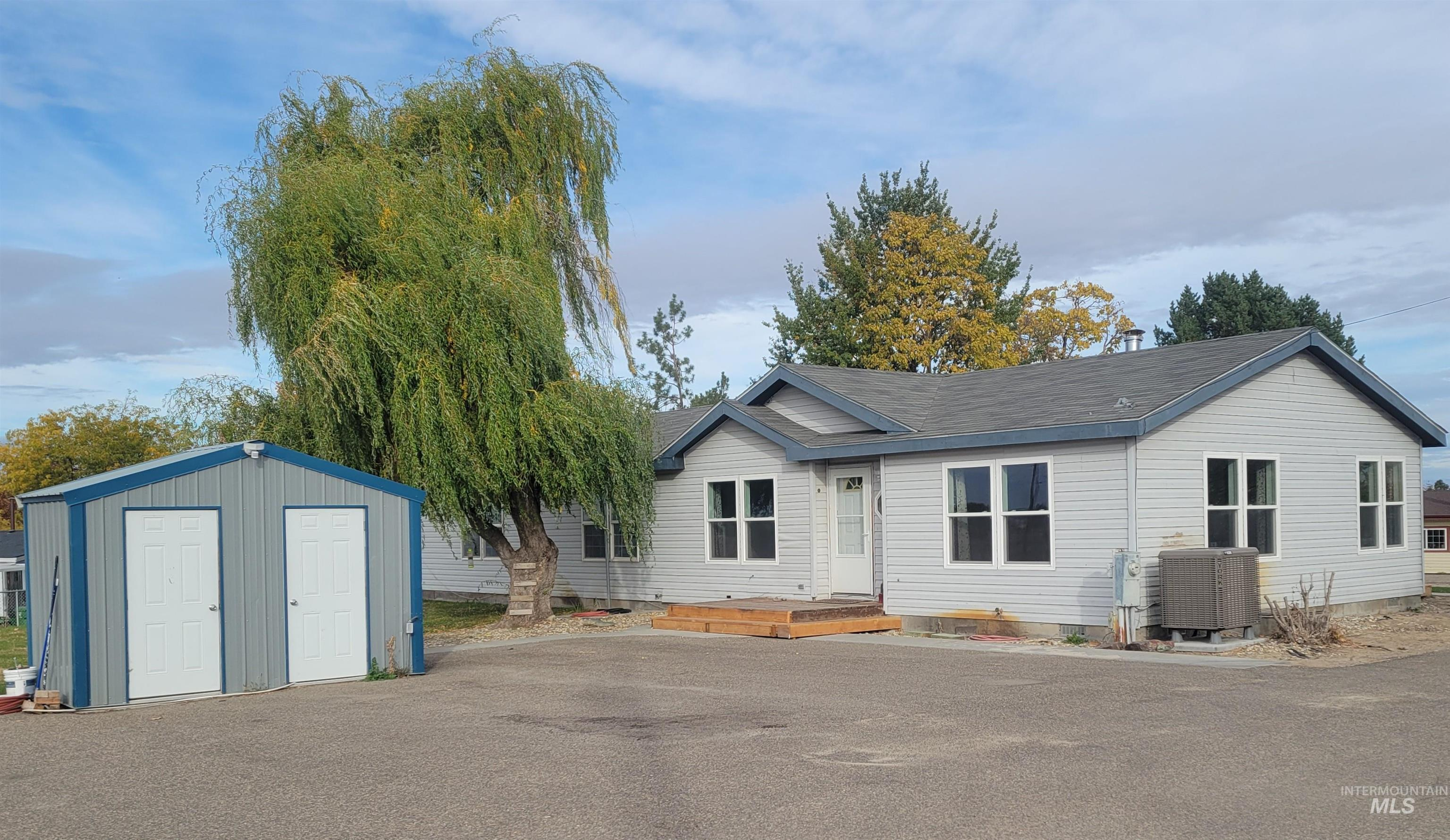 2451 Pine Ave Property Photo