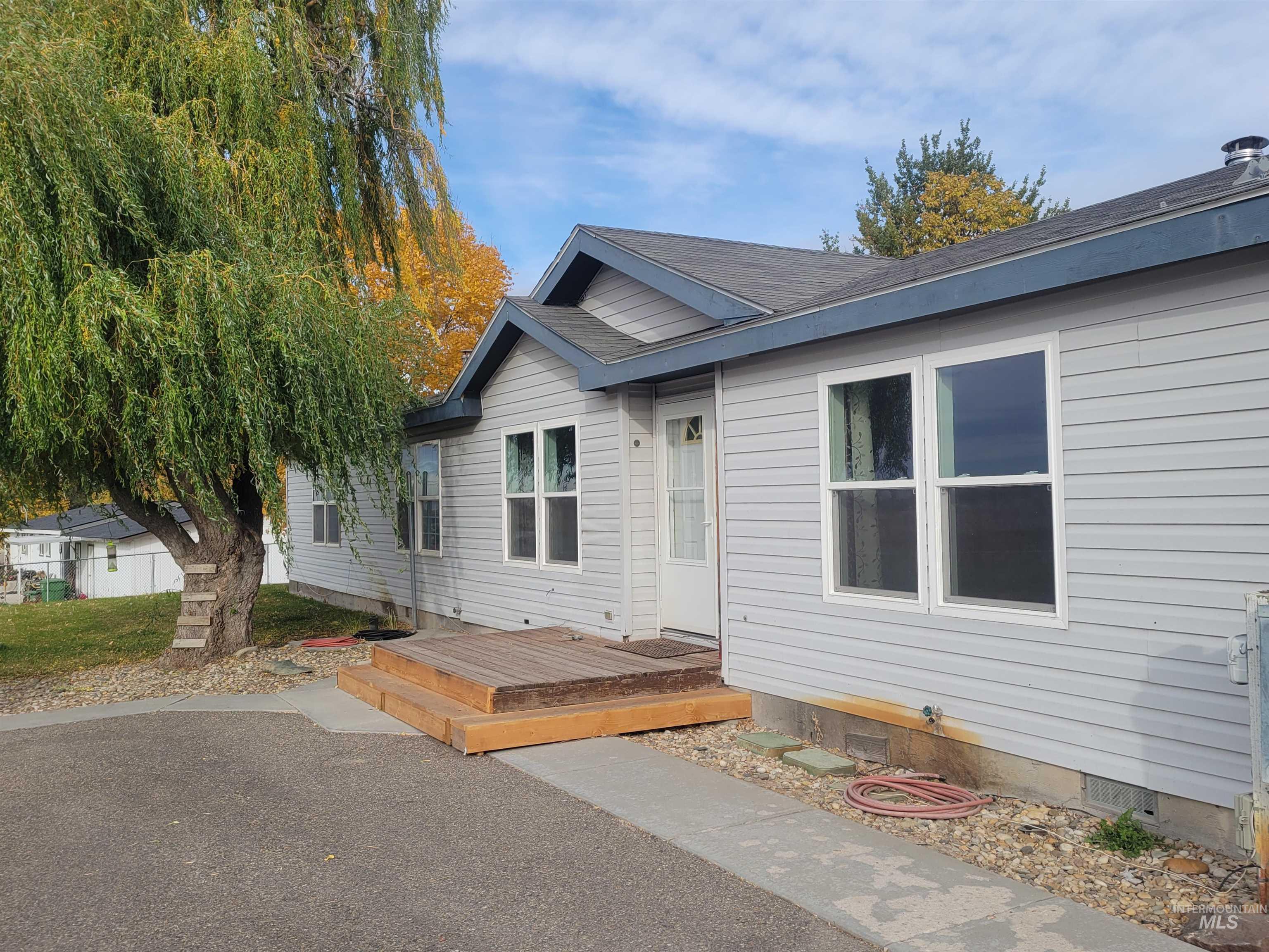 2451 Pine Ave Property Photo 2