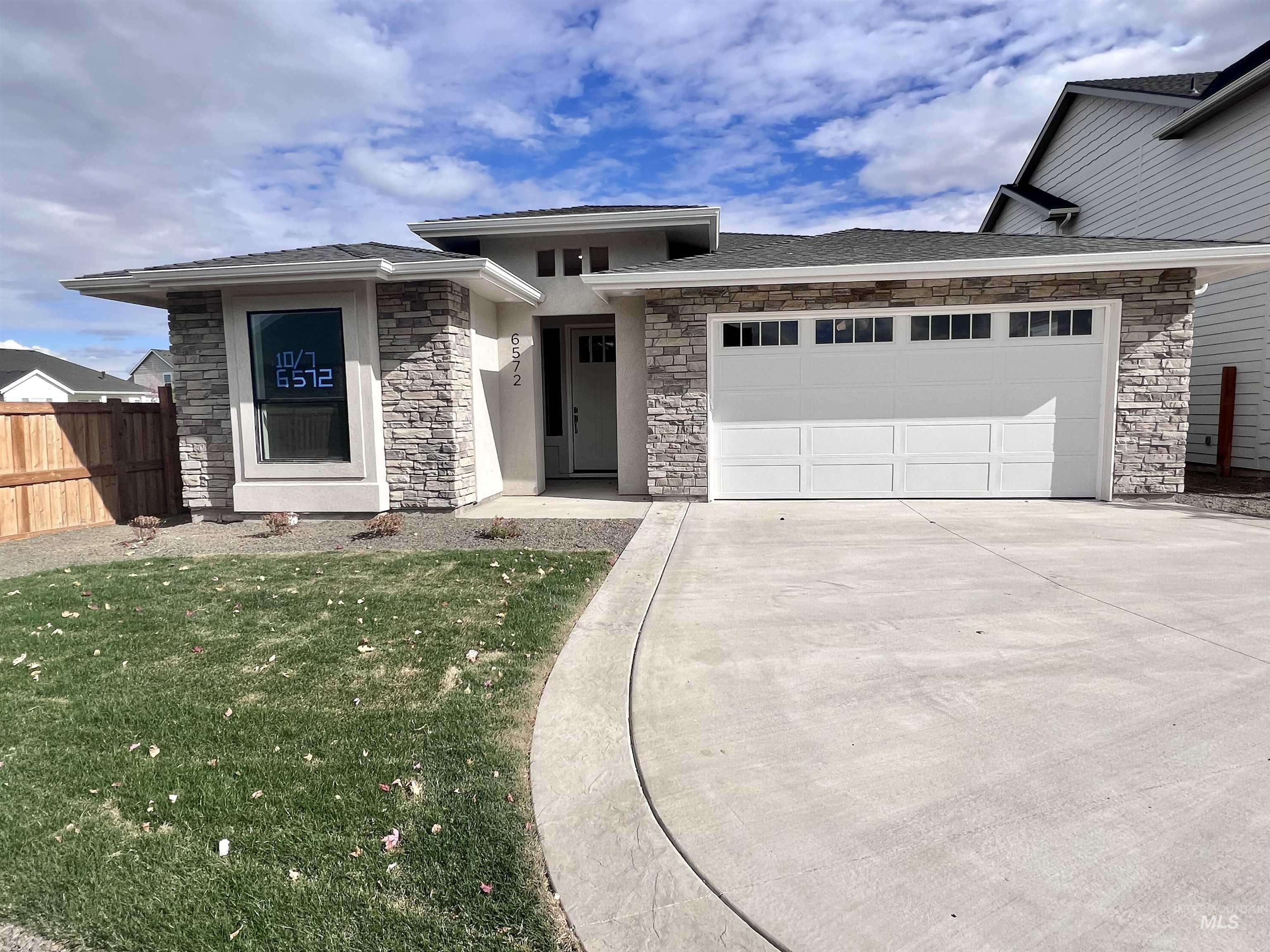 6572 N Oakstone Ave Property Photo