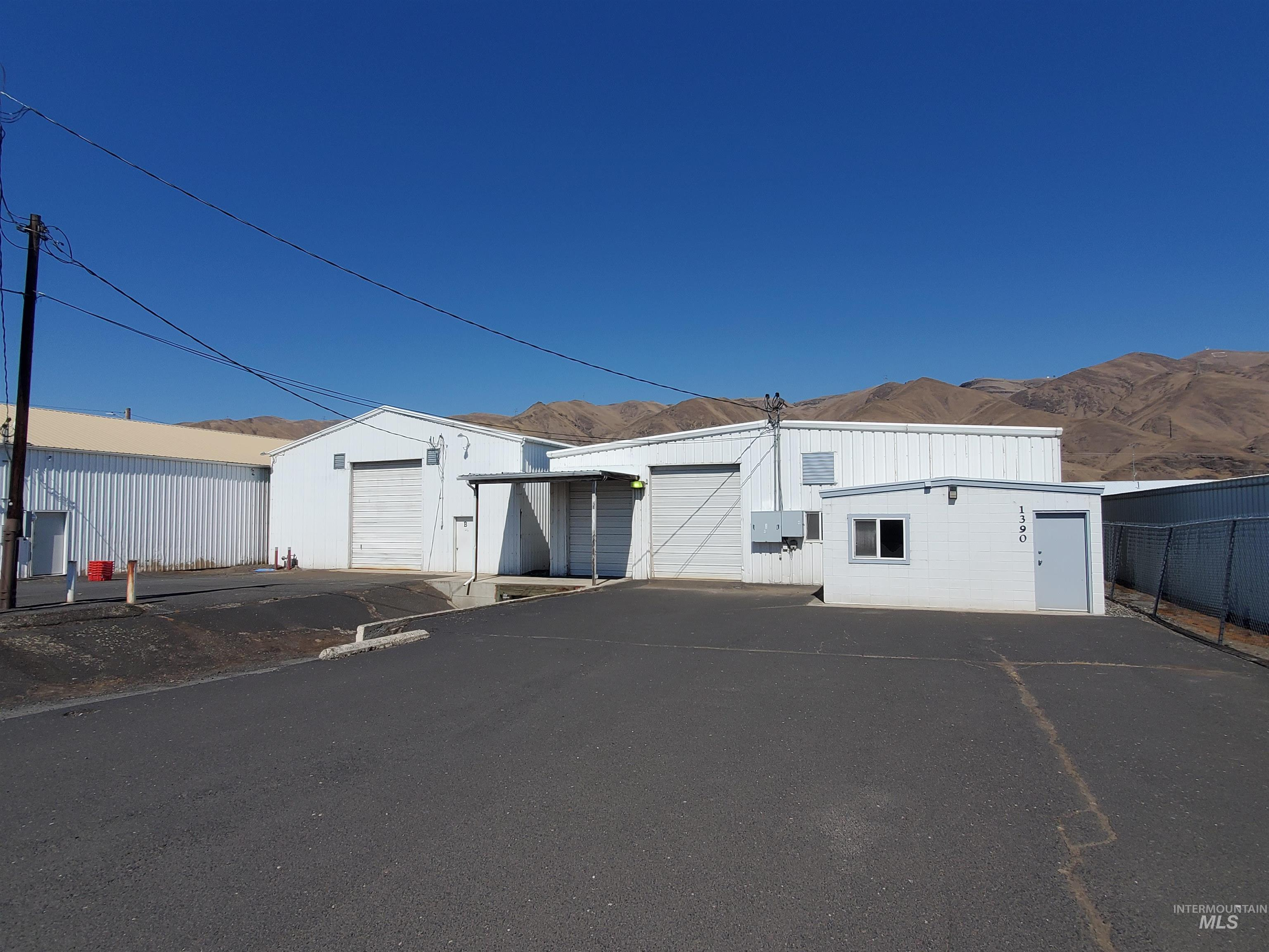 1390 Commercial Way Property Photo