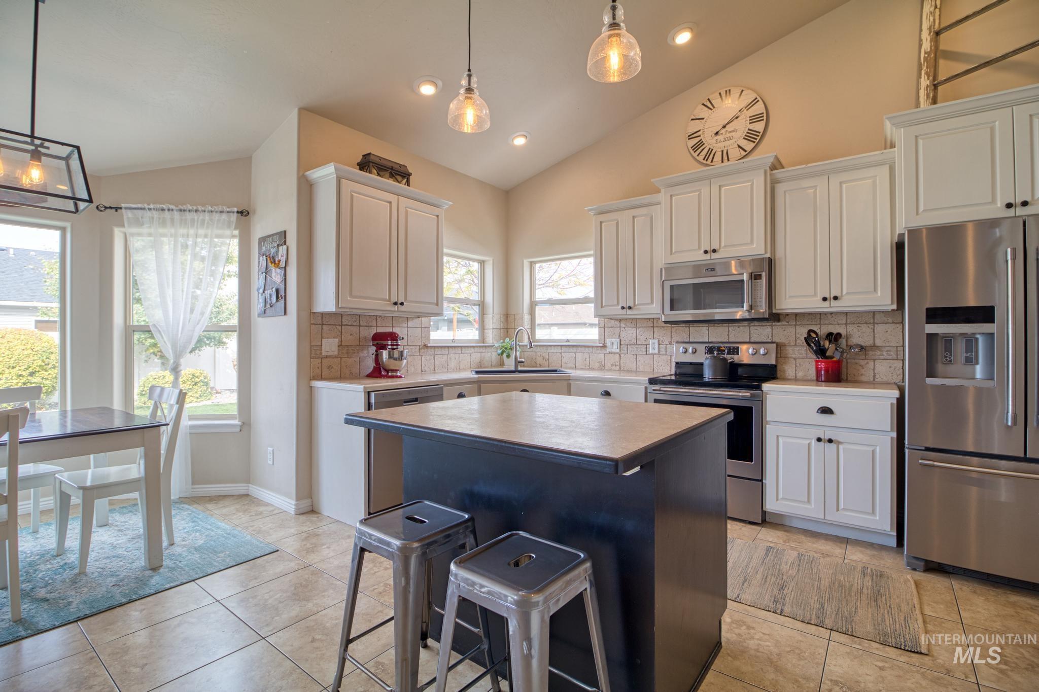 1040 Kelly Avenue Property Photo 15