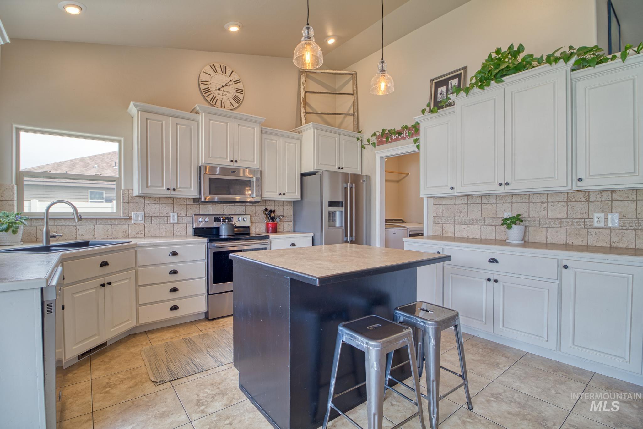 1040 Kelly Avenue Property Photo 16