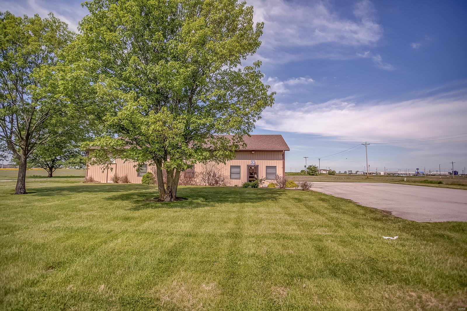 2111 W Lake Property Photo - Carlyle, IL real estate listing