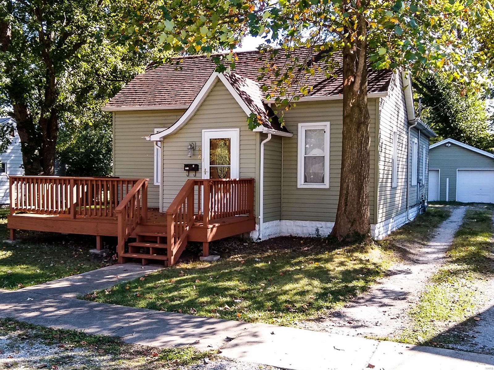 226 E Macoupin Street Property Photo - Staunton, IL real estate listing