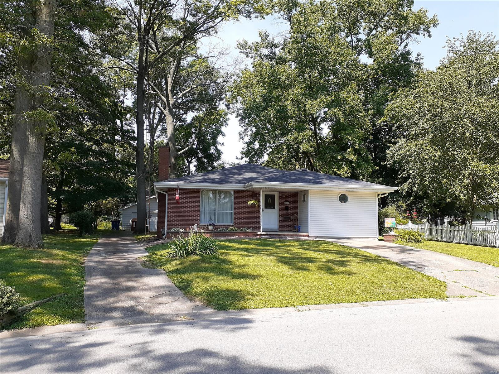 709 Shannon Drive Property Photo - Greenville, IL real estate listing