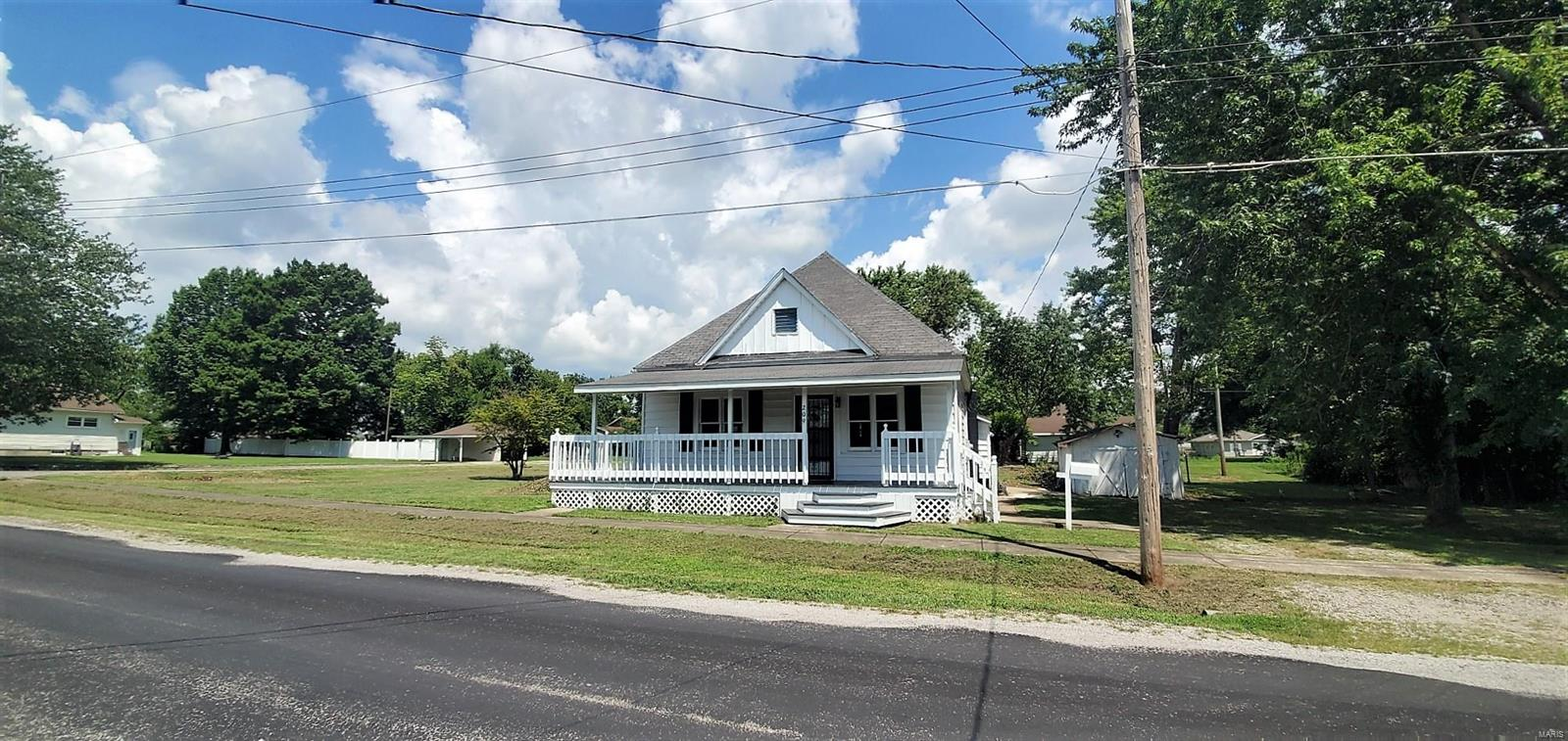 209 W Helen Property Photo - Christopher, IL real estate listing