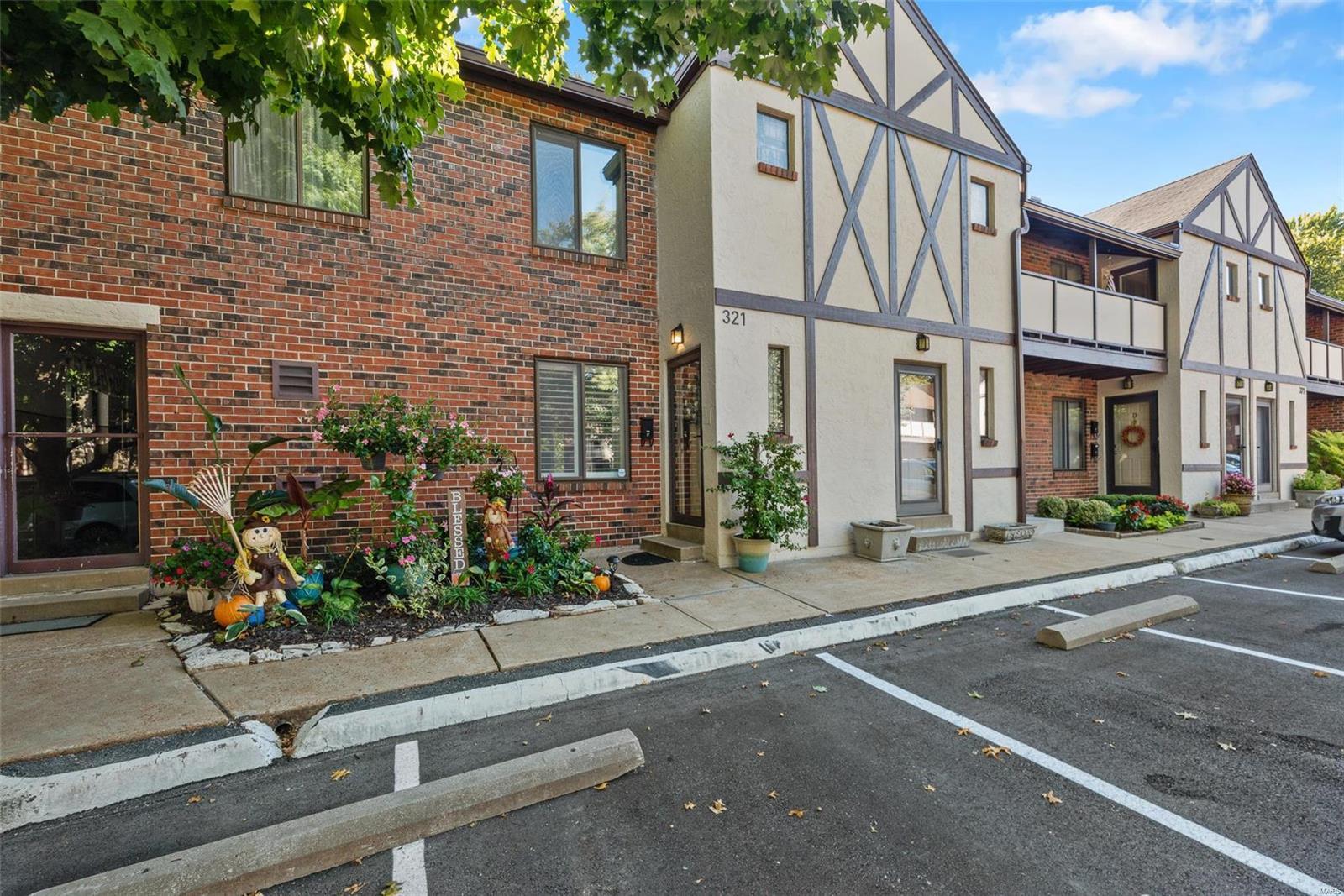 Barrington Square Condo Real Estate Listings Main Image