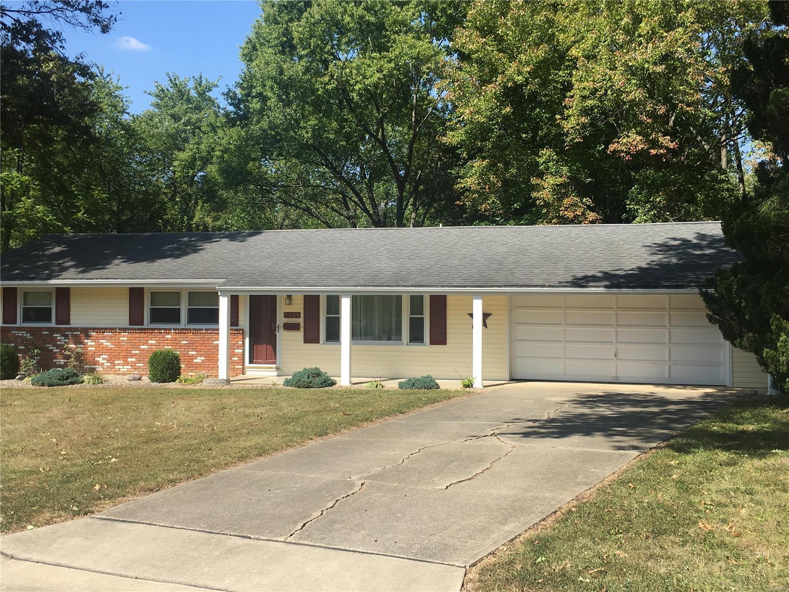 1305 Killarney Drive Property Photo - Greenville, IL real estate listing