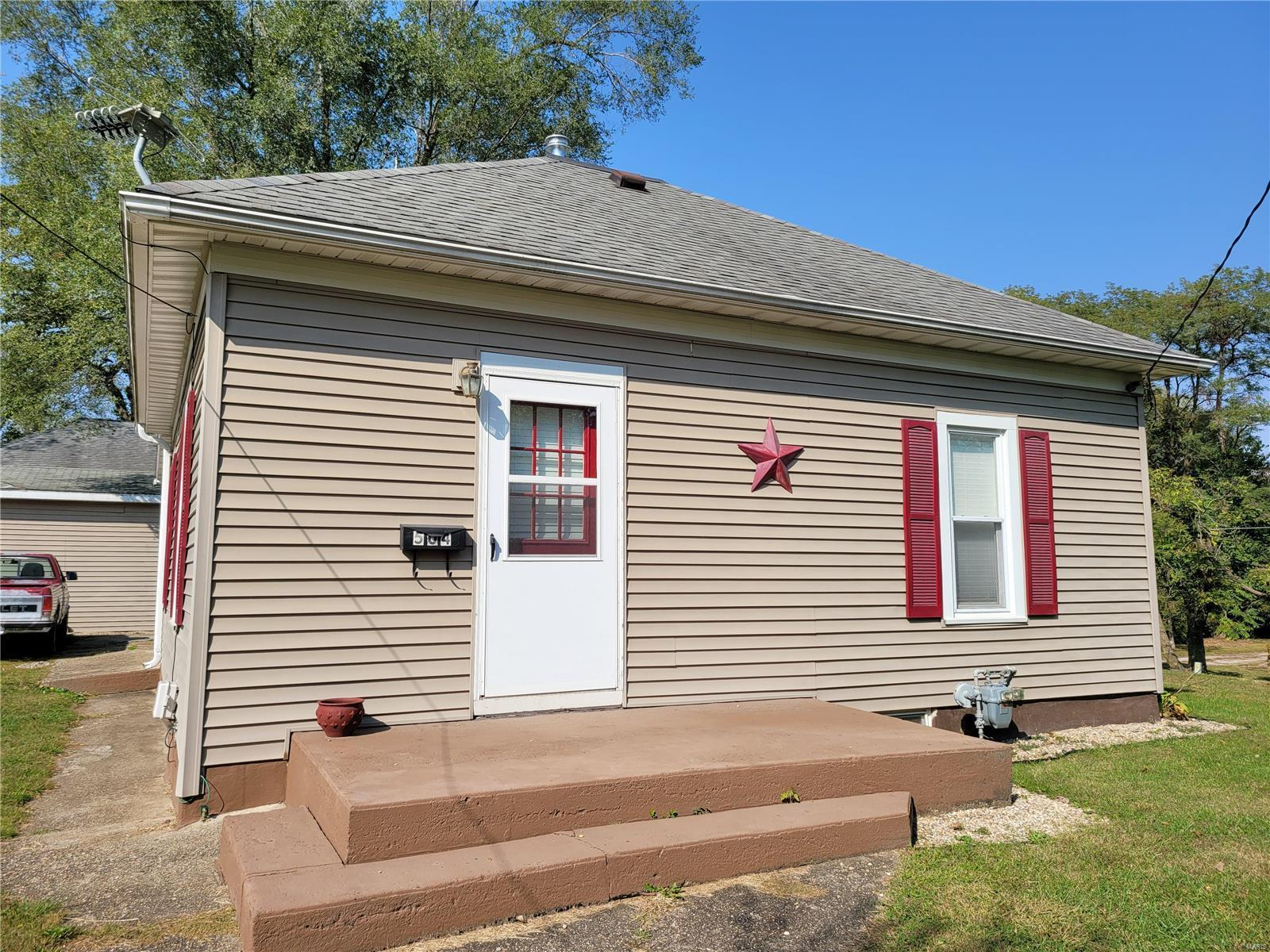 504 Virginia Street Property Photo - Hillsboro, IL real estate listing