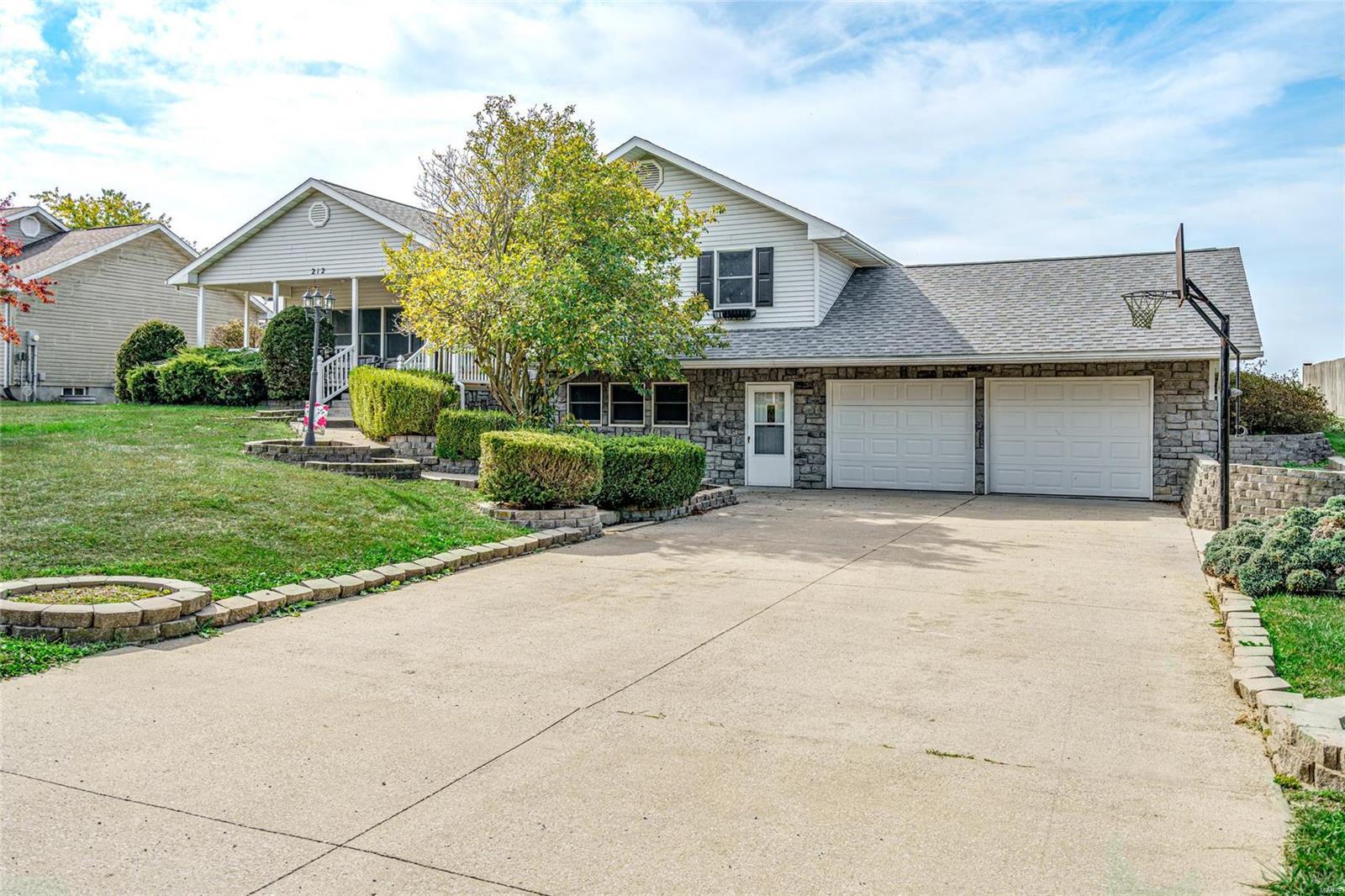 212 Lakewood Drive Property Photo - Hillsboro, IL real estate listing