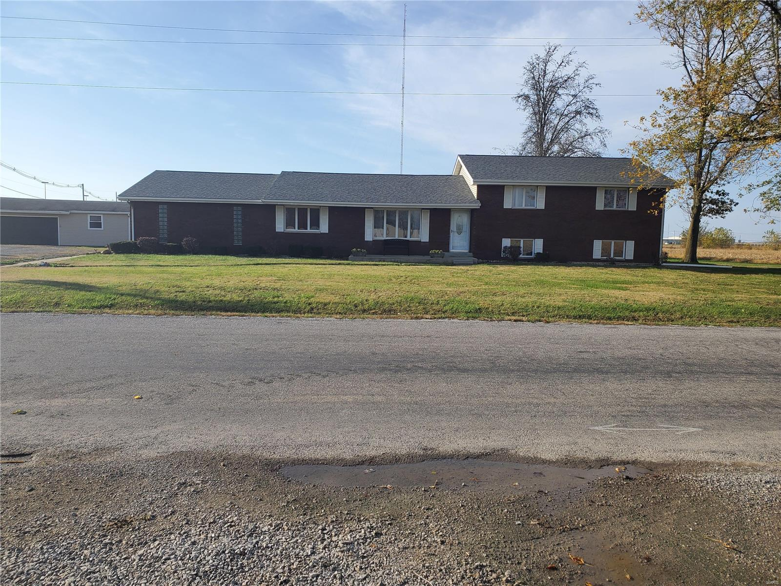 16996 Old State Road Property Photo - Carlyle, IL real estate listing