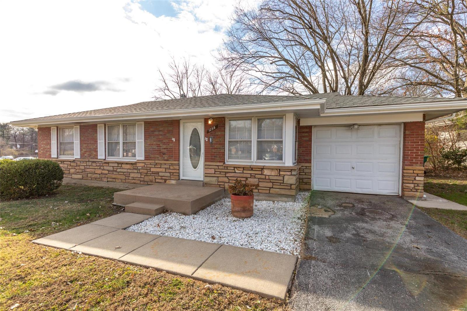 1258 Chambers Rd Property Photo - St Louis, MO real estate listing