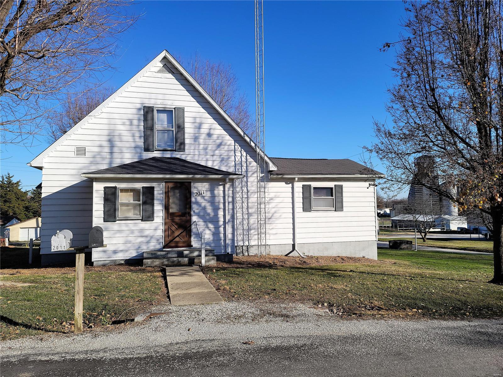 2011 Summit Street Property Photo - Hillsboro, IL real estate listing