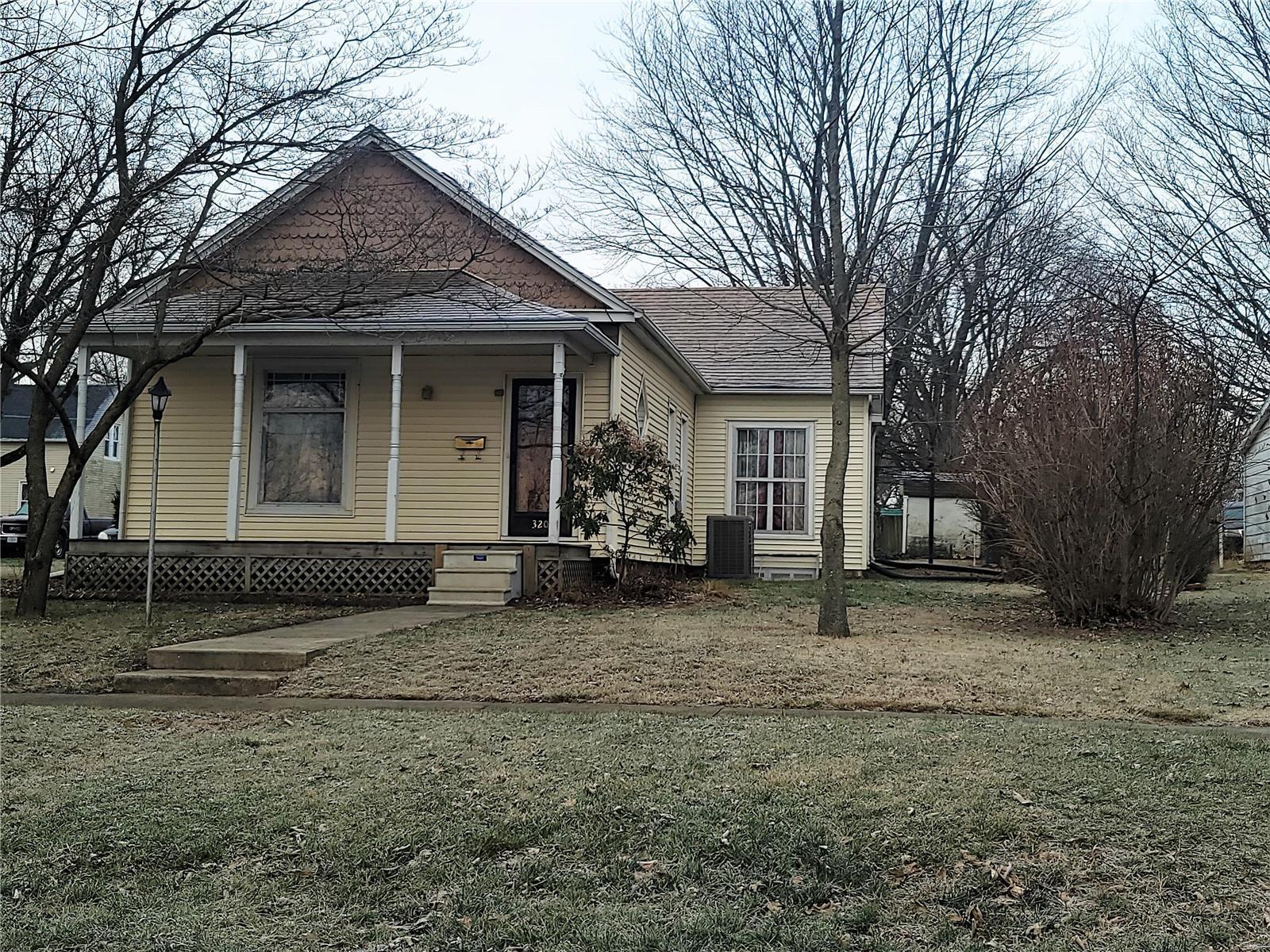 320 Bluff Street Property Photo - Hillsboro, IL real estate listing