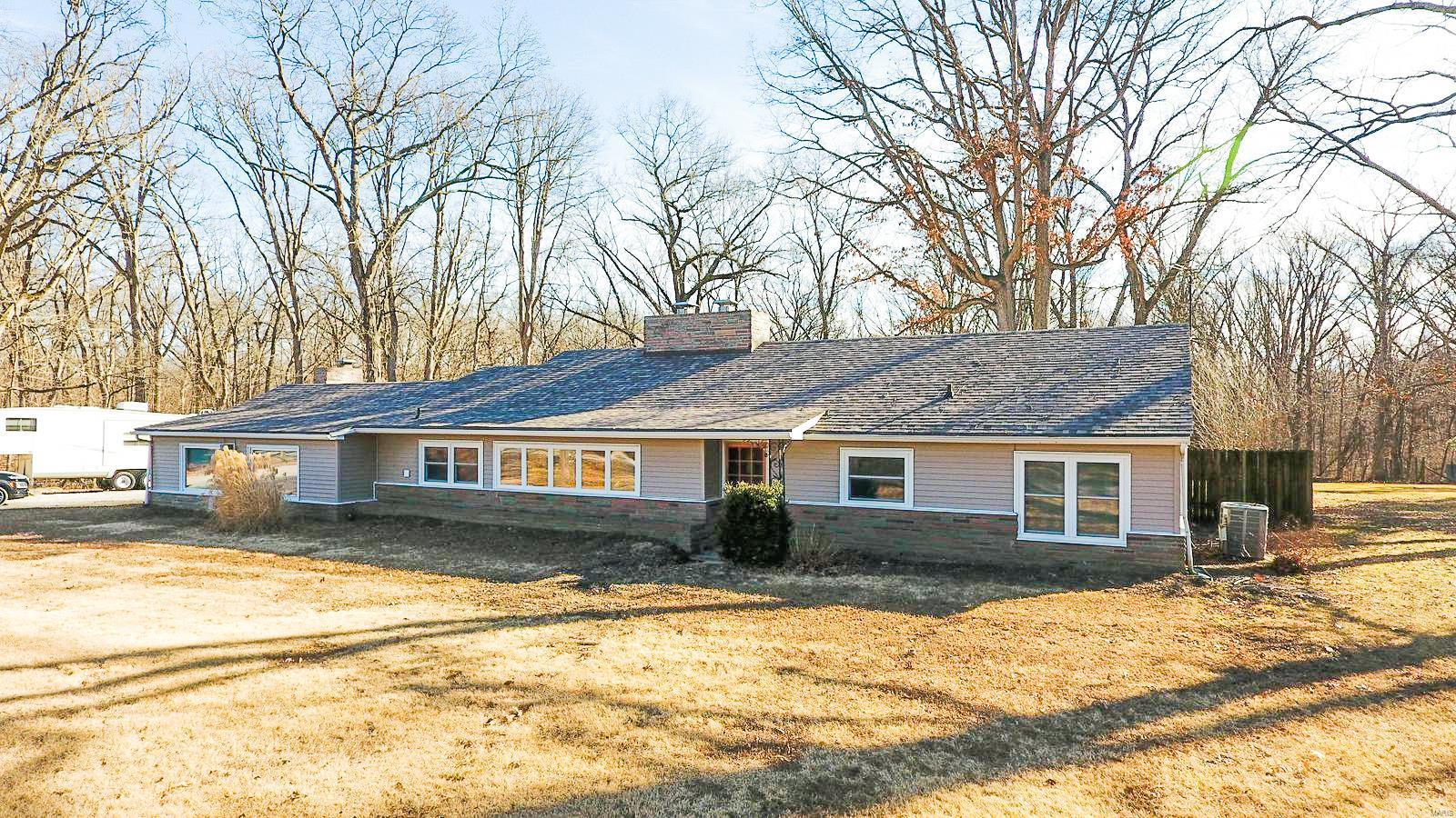 3204 S Country Club Lane Property Photo - Staunton, IL real estate listing