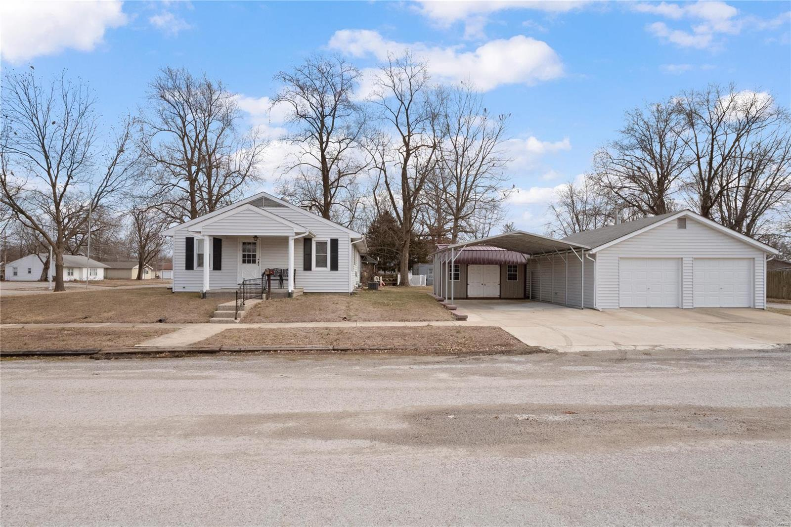 390 FRANKLIN Street Property Photo - Carlyle, IL real estate listing