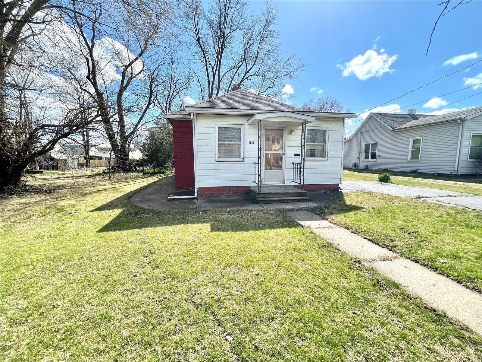 1312 School Street Property Photo - Hillsboro, IL real estate listing