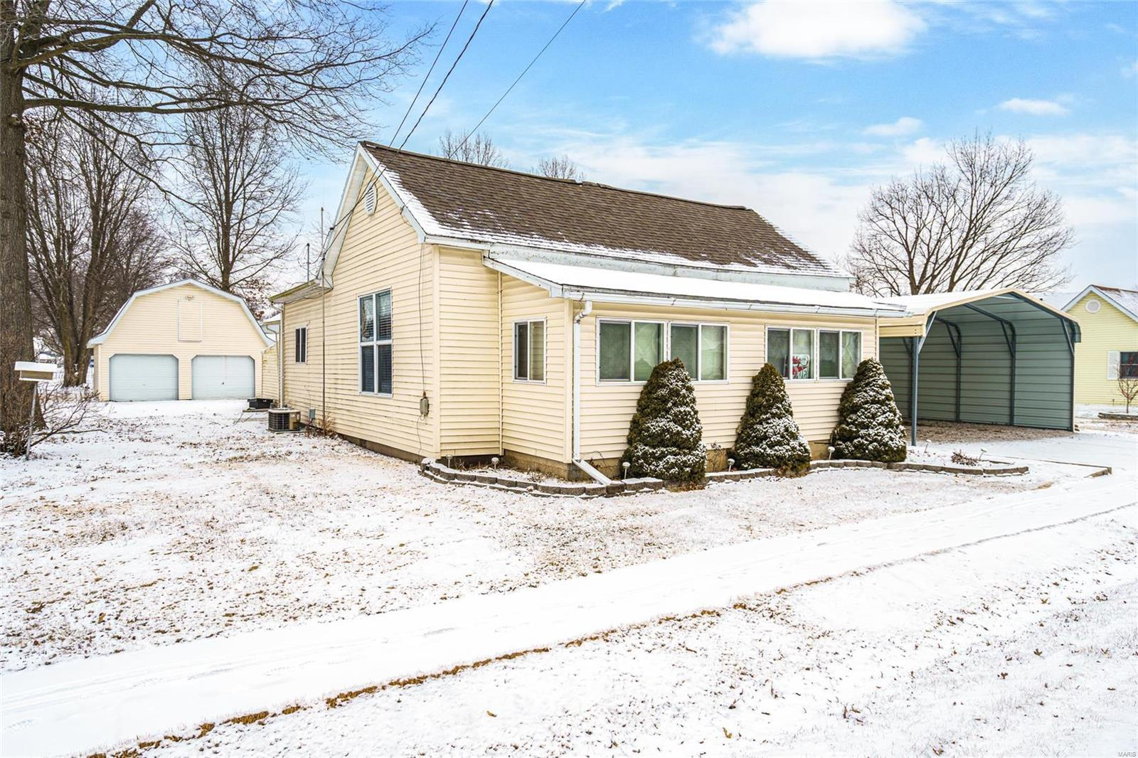 803 E Olive Property Photo - Staunton, IL real estate listing