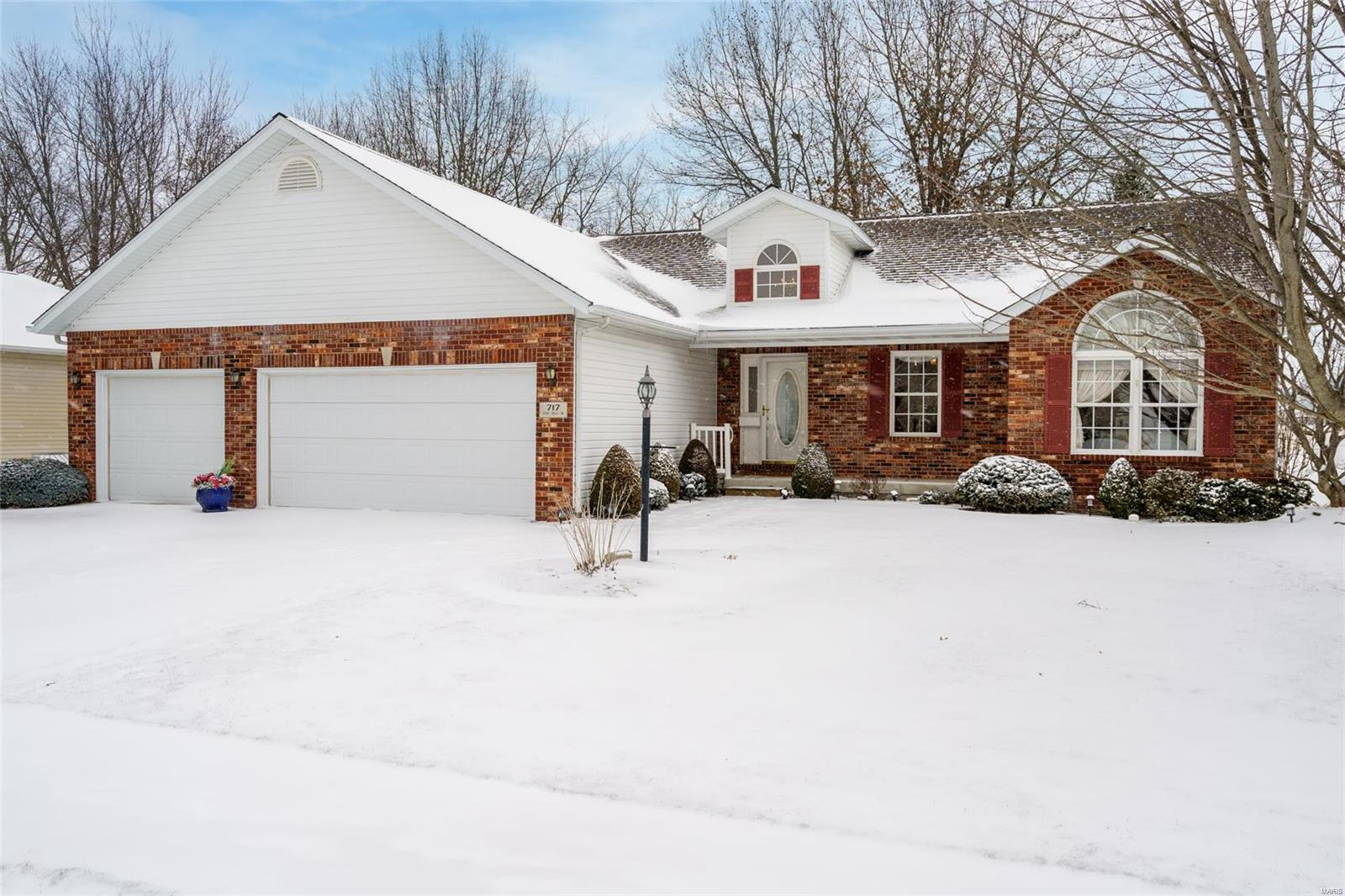 717 Stonecreek Property Photo - Staunton, IL real estate listing