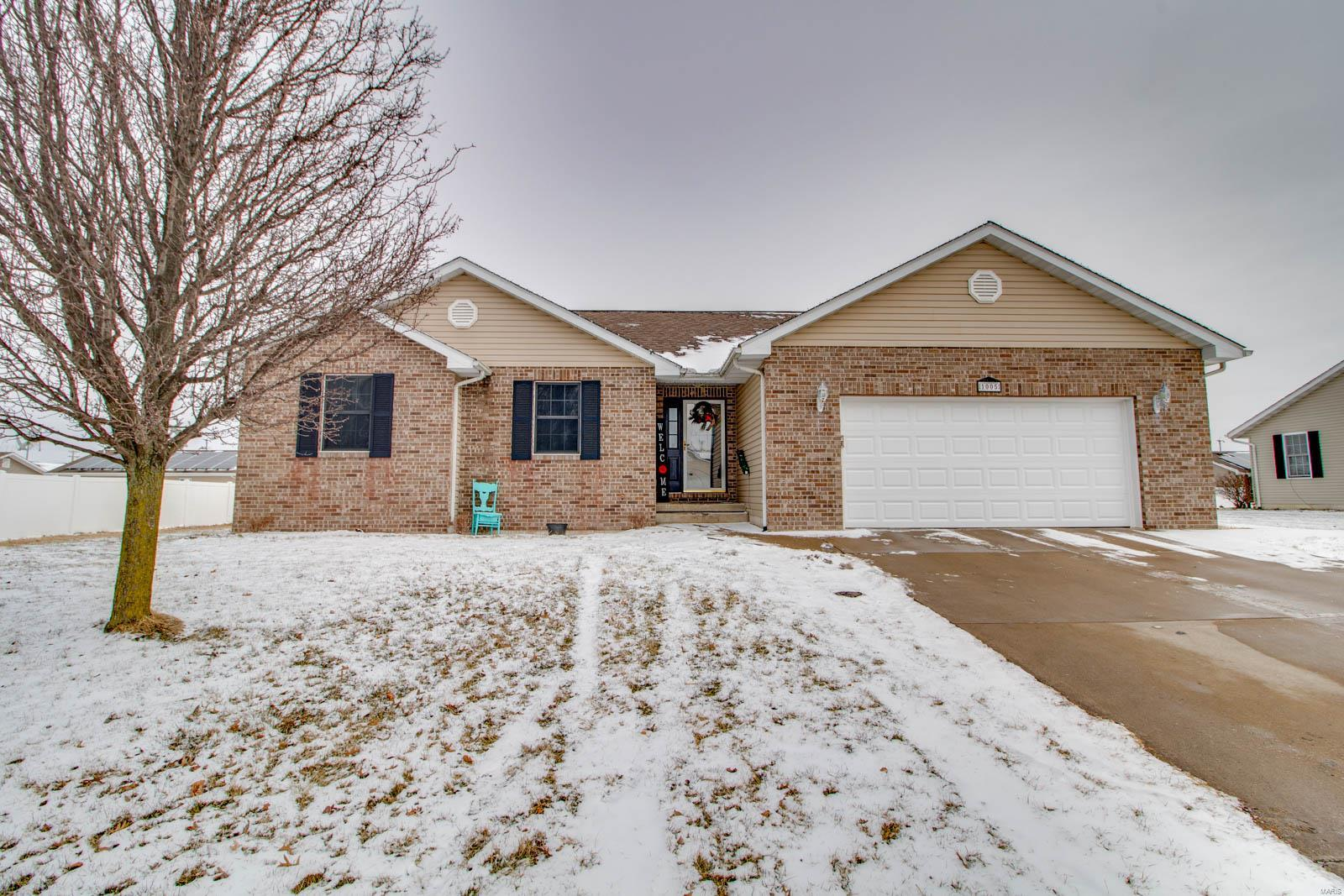 1005 Lillian Property Photo - Jerseyville, IL real estate listing