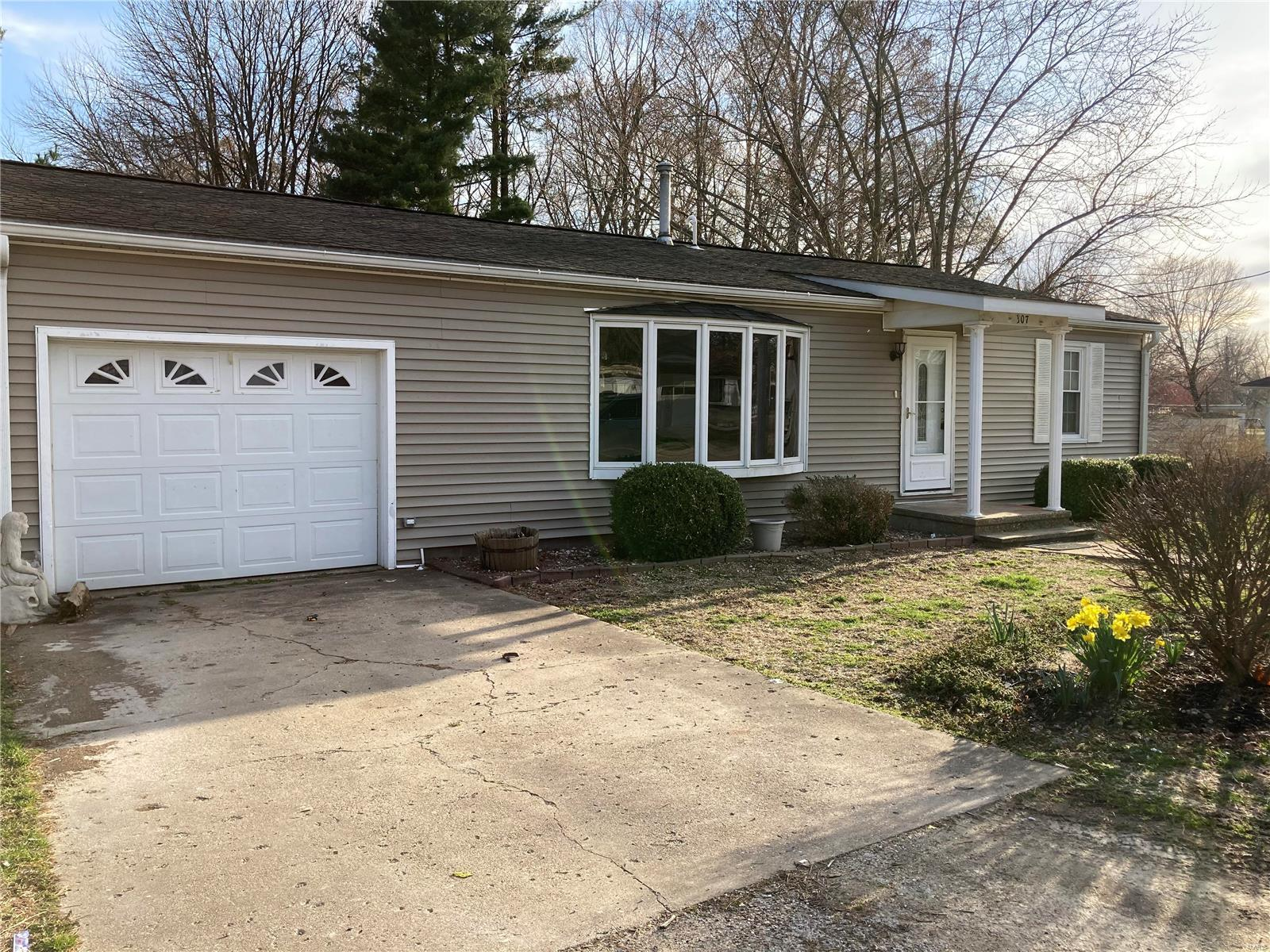 307 E Mosier Property Photo - Pleasant Hill, IL real estate listing