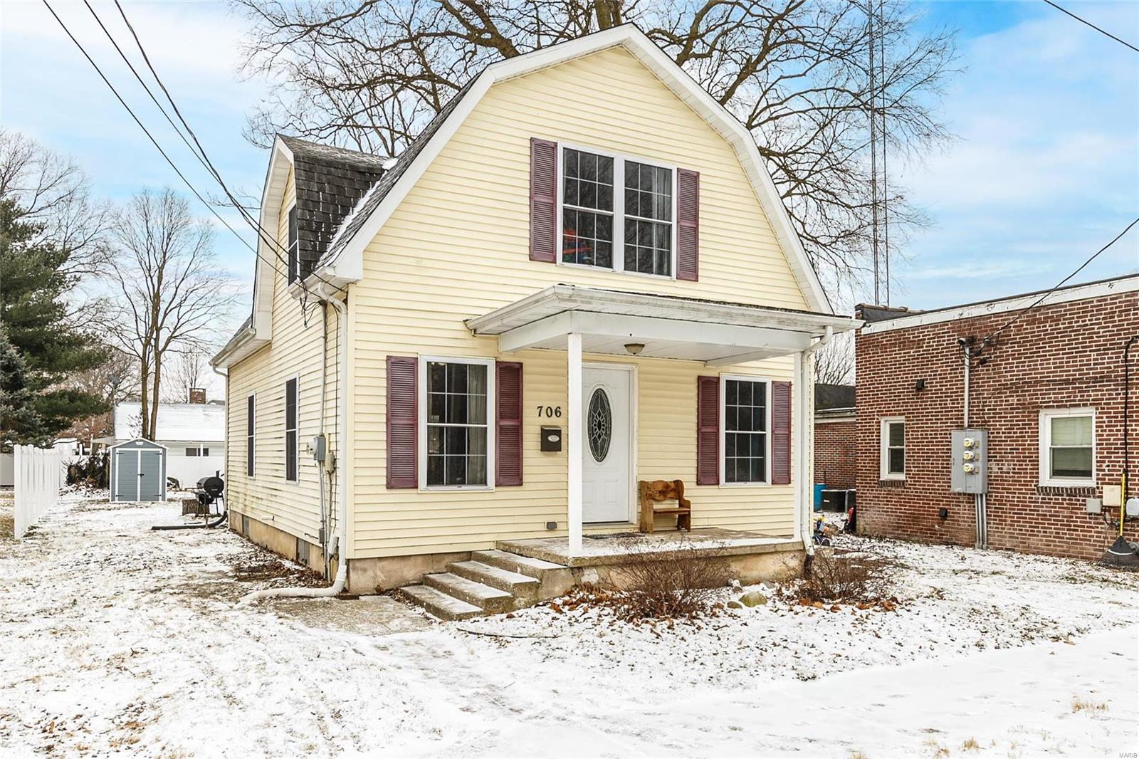 706 E Henrichs Property Photo - Litchfield, IL real estate listing