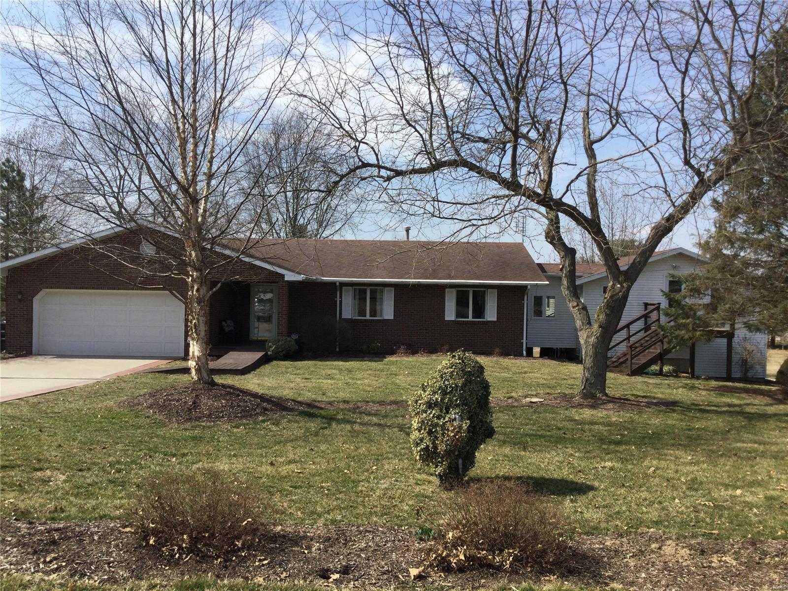 805 Linder Boulevard Property Photo - Greenville, IL real estate listing