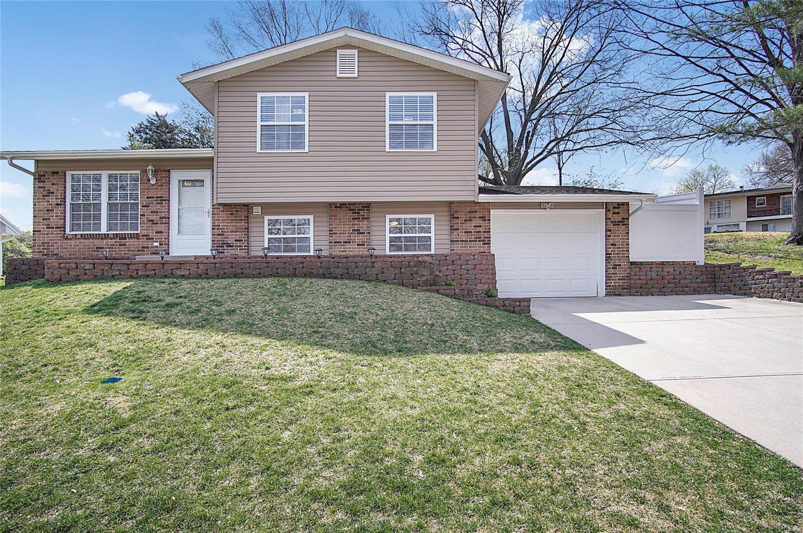 2734 Creekwood Manor Lane Property Photo - Mehlville, MO real estate listing
