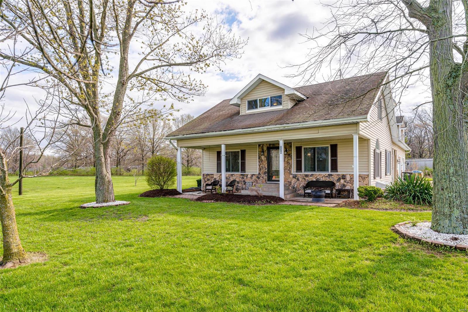 278 Canadian Property Photo - Staunton, IL real estate listing