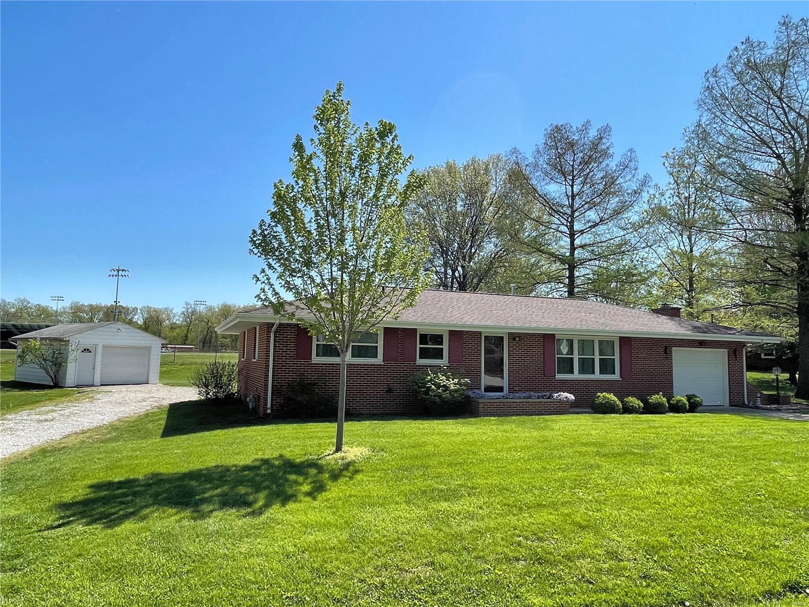 11 Hilltop Drive Property Photo - Hillsboro, IL real estate listing