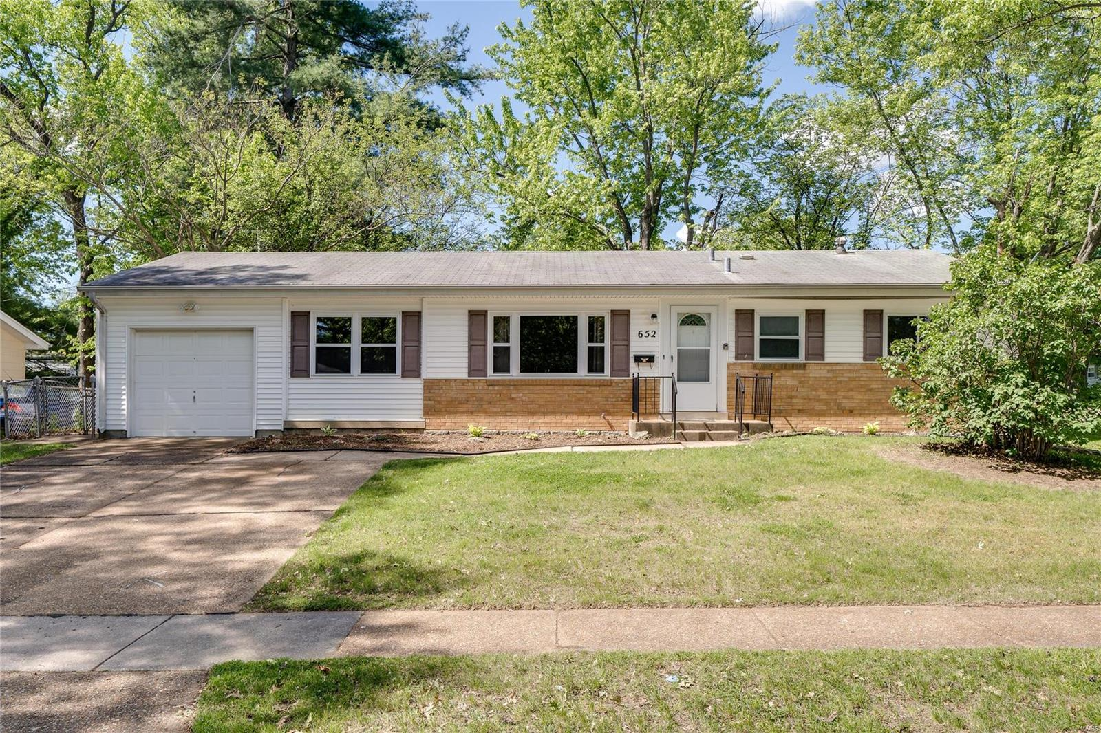 652 Village Square Property Photo - Hazelwood, MO real estate listing