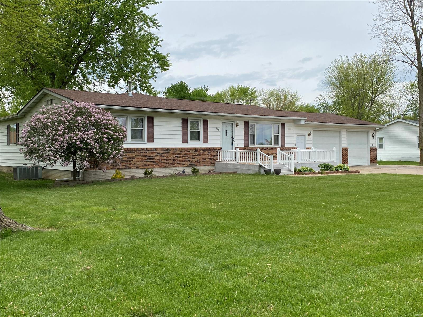 912 Lawn Property Photo - Monroe City, MO real estate listing