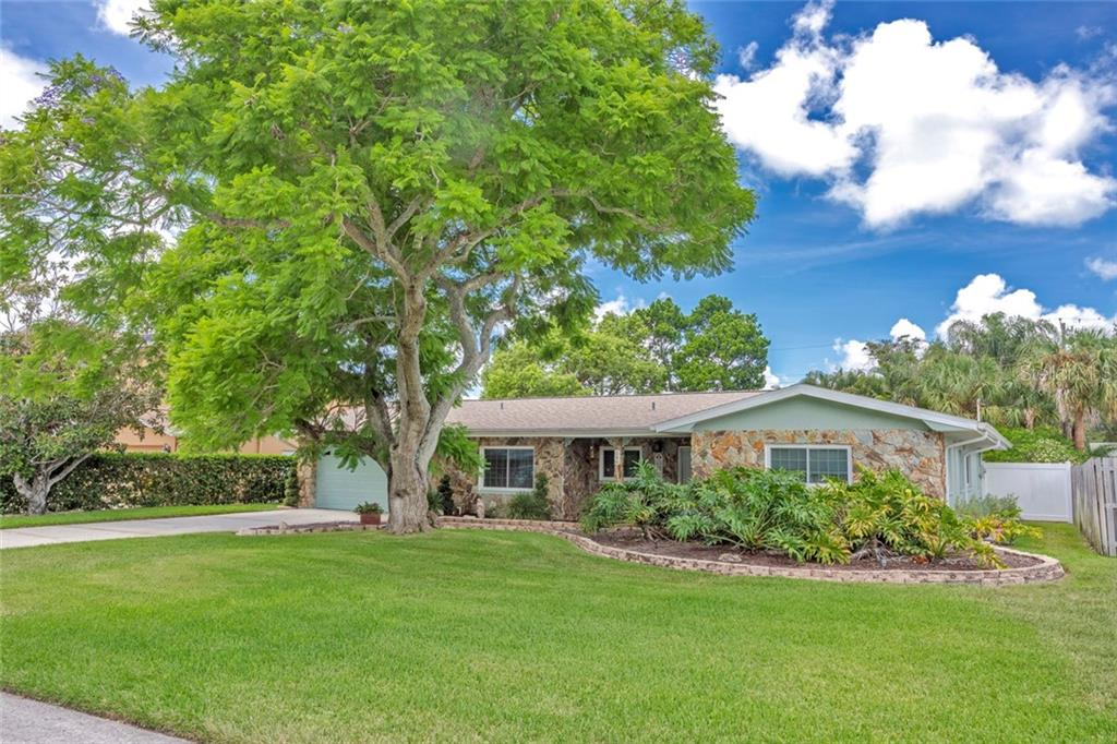 546 LOIS LN Property Photo - BELLEAIR BLUFFS, FL real estate listing