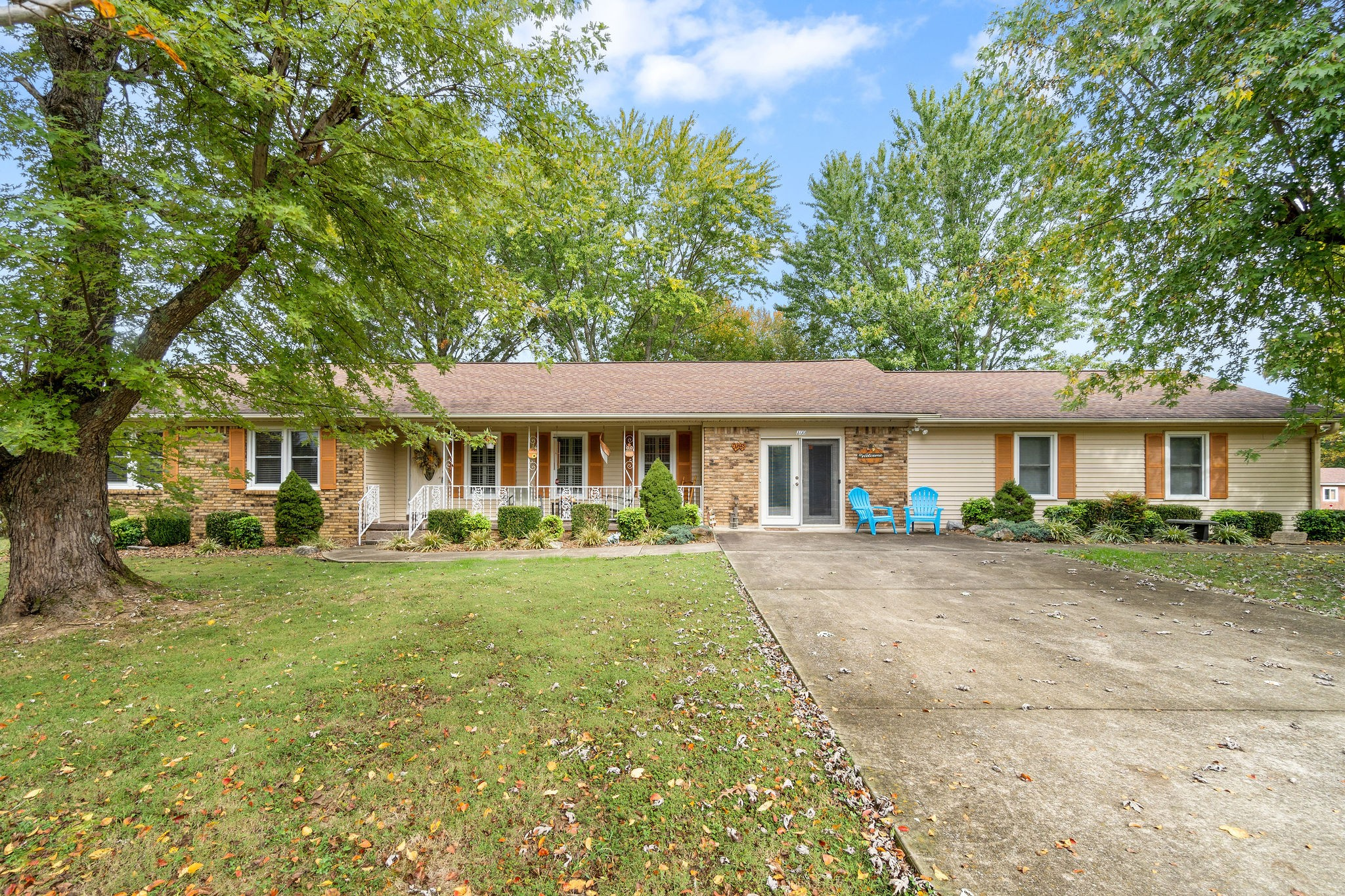 100 Lakeview Cir Property Photo - Tennessee Ridge, TN real estate listing