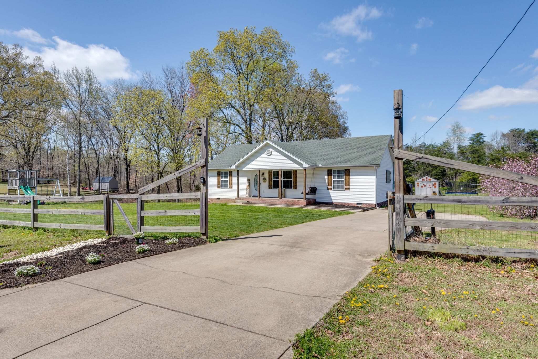 527 Colliers Bend Rd Property Photo - Charlotte, TN real estate listing
