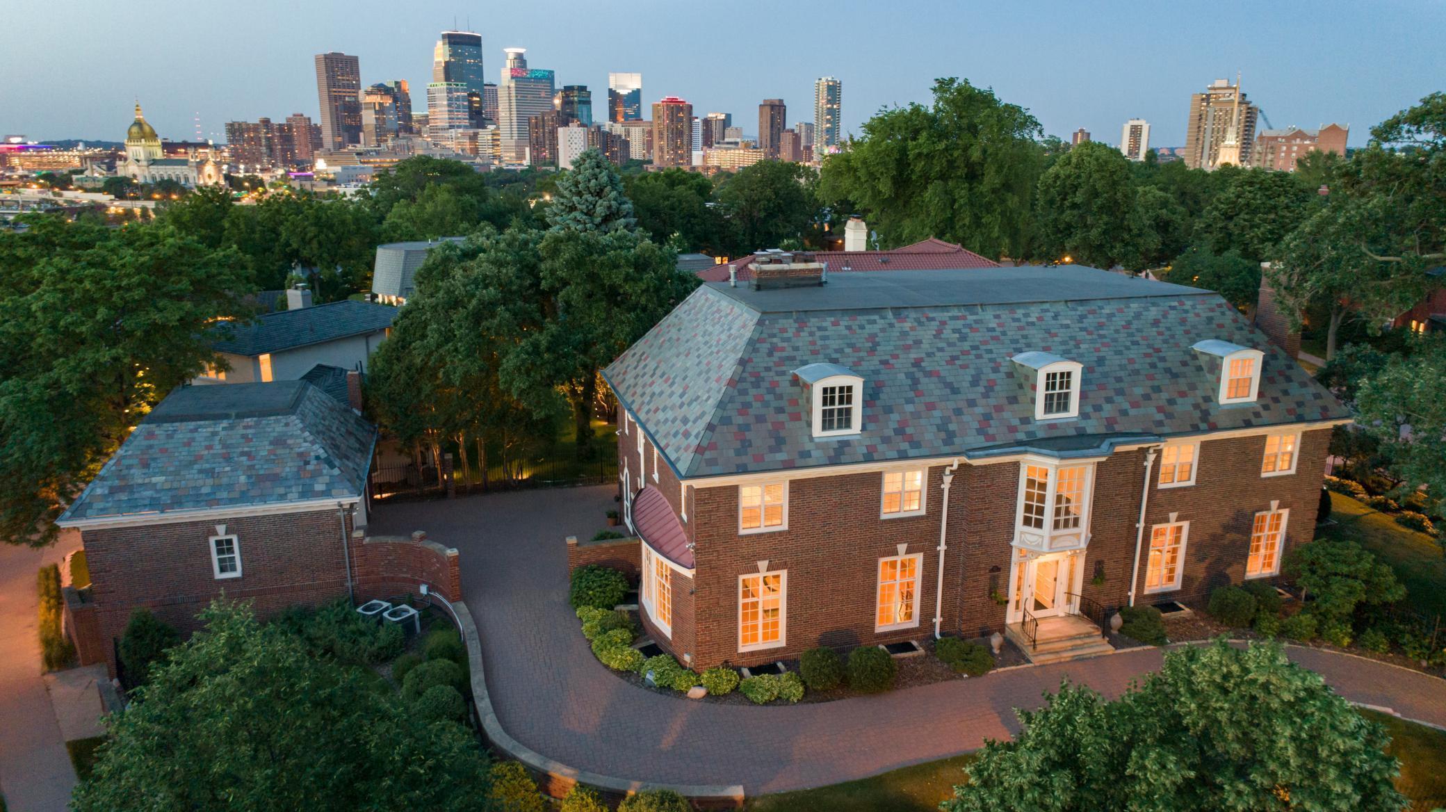 1122 Mount Curve Property Photo
