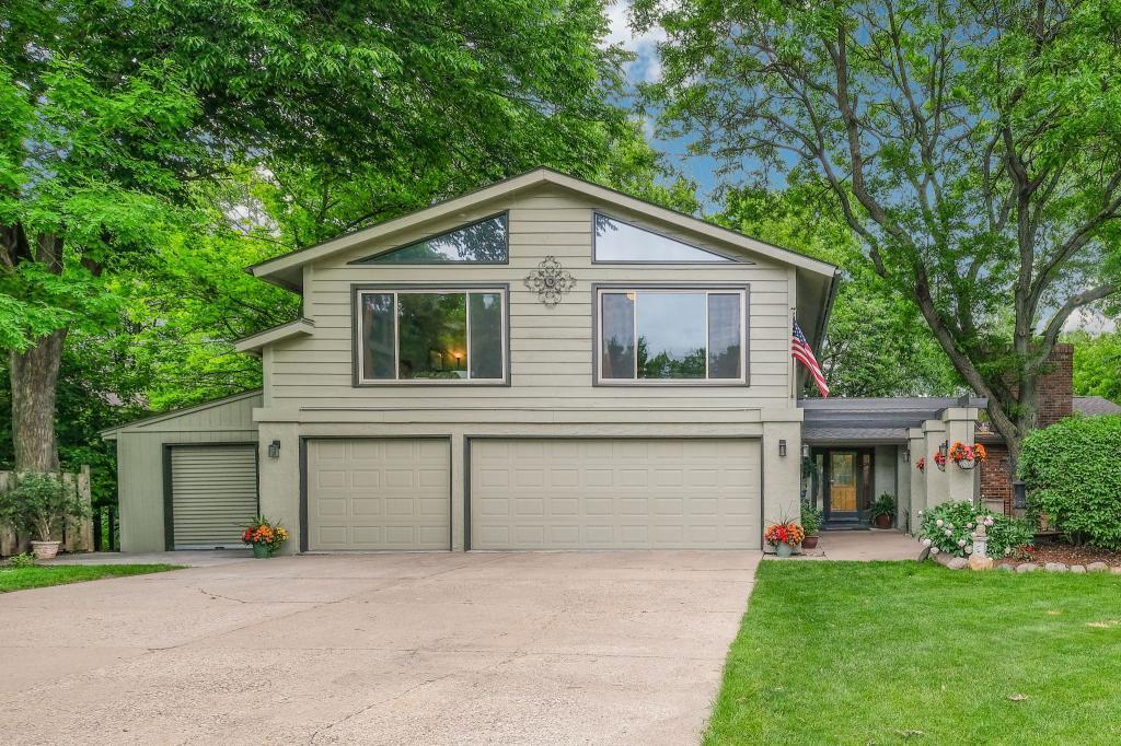 8757 Walton Oaks Drive Property Photo - Bloomington, MN real estate listing