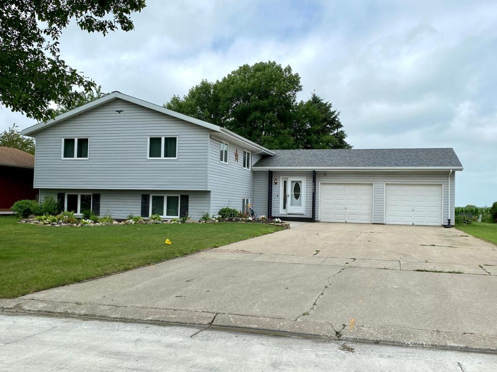 1677 Oakwood Drive Property Photo - Worthington, MN real estate listing