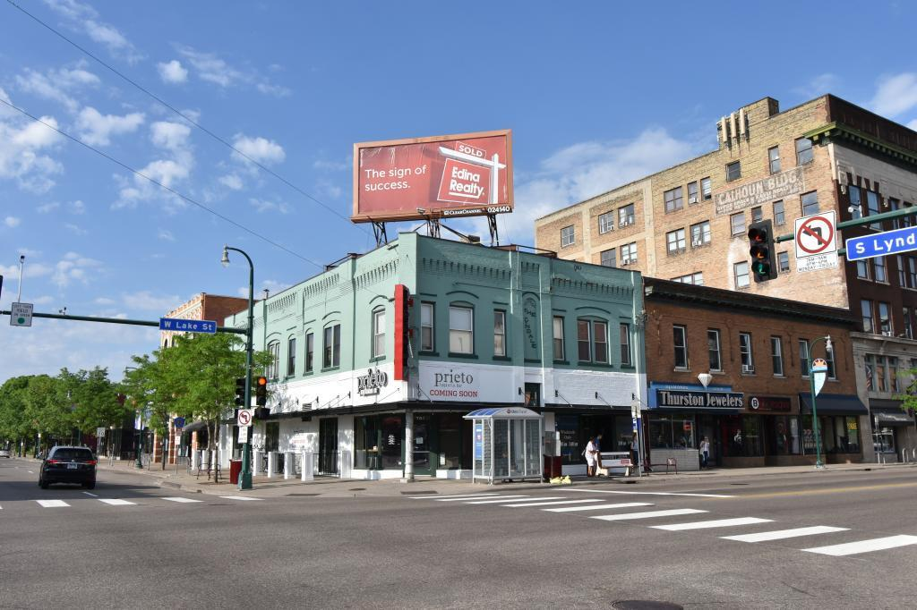 701 W Lake Street Property Photo