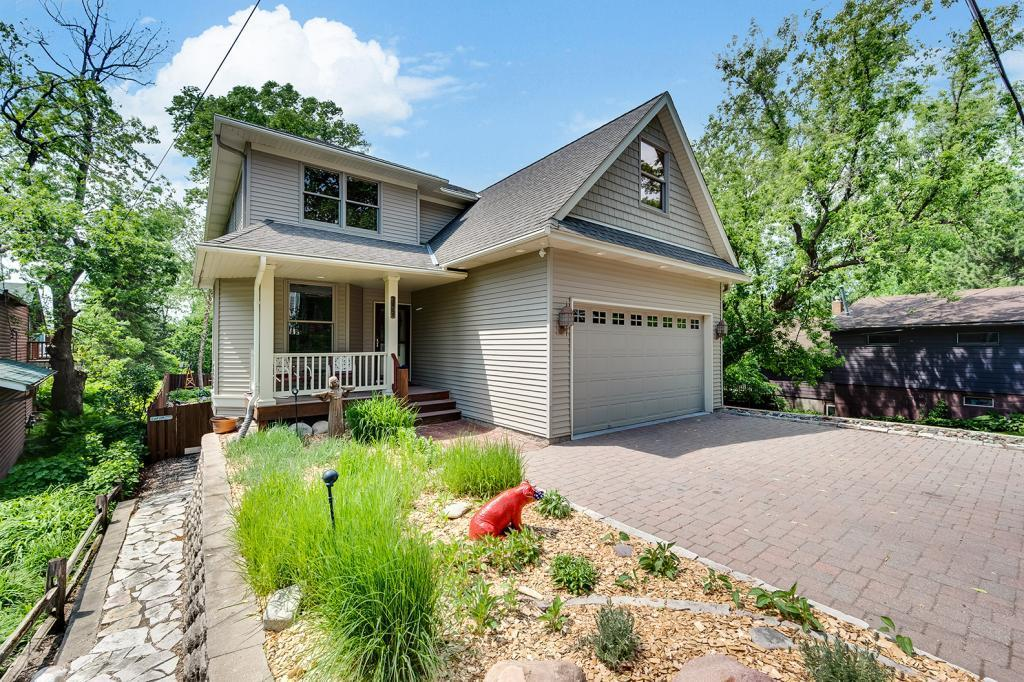 1029 Summit Property Photo - Mahtomedi, MN real estate listing