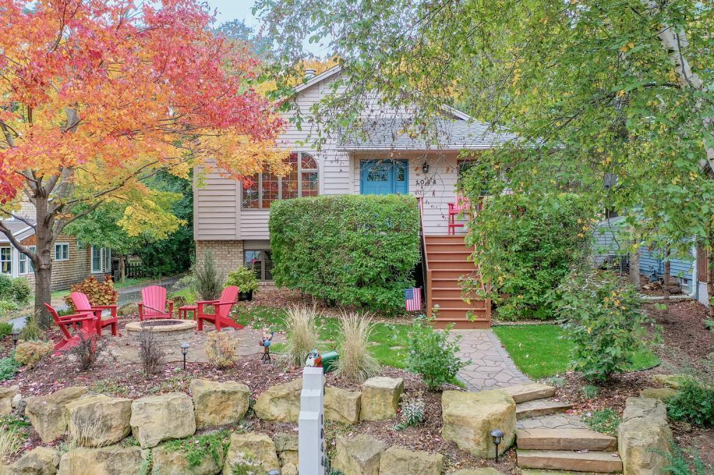 1044 Summit Property Photo - Mahtomedi, MN real estate listing