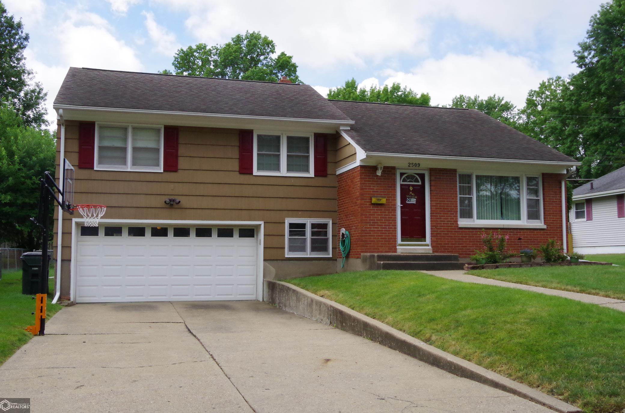 2509 Amelia Property Photo - Burlington, IA real estate listing